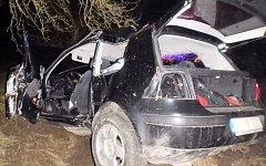 Po příjezdu hasičů na místo nehody se jedna osoba nacházela mimo vozidlo a automobil byl překlopený v příkopu.