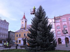 Pracovníci technických služeb ve čtvrtek zdobili vánoční strom na náměstí.