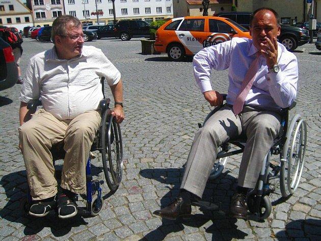Starosta Jan Birke už ví, jaké to je nechodit. Vyzkoušel si jízdu na vozíku po centru Náchoda.
