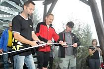 PŘESTŘIŽENÍM PÁSKY byla rozhledna na Čápu slavnostně předána k užívání turistům a široké veřejnosti.