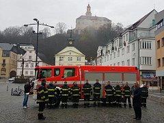 Náchodští dobrovolní hasiči slavnostně převzali v sobotu dopoledne na Masarykově náměstí před budovou radnice novou cisternovou automobilovou stříkačku.