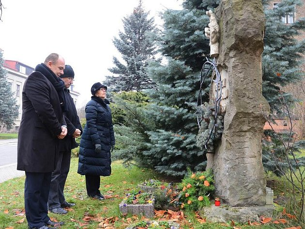 Položením květin, zapálením svíček a tichou vzpomínkou uctili starosta města Náchod Jan Birke a místostarostové Tomáš Šubert a Drahomíra Benešová památku událostí 17. listopadu 1989.