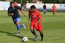 Jednou z posil divizního Náchoda je levonohý Jan Huňák (u míče), kterého trenér může využívat buď v obraně nebo v záloze.