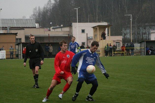 Náchodský Michal Umlauf (vzadu) byl jedním z těch, kteří za stavu 1:1 mohl dát branku domácí rezervy a tím dát utkání se Lhotou pod Libčany jiný scénář. Nestalo se tak a Lhota nakonec vyhrála 4:1.