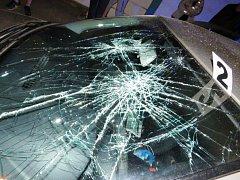 Podnapilý chodec nejprve spustil na řidiče příval nadávek a posléze obrátil svůj vztek proti vozidlu. Skočil na kapotu vozu a začal mlátit do čelního skla, až ho rozbil.