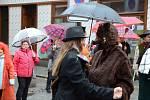 Masopust, který v centru Náchoda slavili čeští i polští sousedé, sice skrápěl déšť, přesto se příchozí dobře bavili.