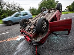 Auto skončilo na střeše uprostřed silnice
