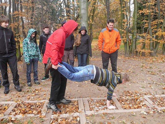 Na nášlapné pocitové stezce mohou studenti zapojit své smysly při poznávání různých přírodních materiálů.