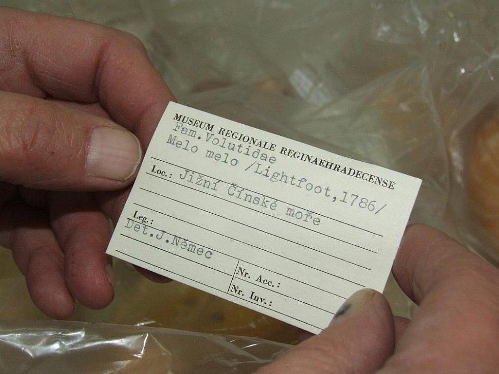 Lístek provázející každý muzejní exponát…