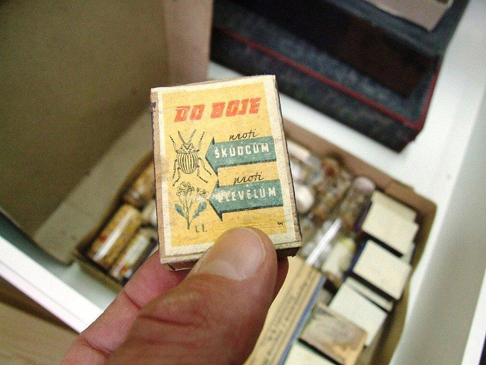 """Některé drobné lasturky jsou ukryty v dobových """"obalech"""" s padesátých let 20. Století… Krabička od zápalek vyzývající k boji proti  škůdcům a plevelům."""