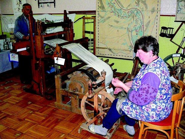 """Výstava byla na instalována u příležitosti oslav 750 let založení  vesnice  ležící na březích řeky Metuje. Někdejší každodenní život v obci dýchne na návštěvníky z desítek exponátů, které z více než 90% pocházejí z místních zdrojů. """"Jsou zde  z naprosté"""