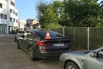 Policie žádá veřejnost o pomoc při pátrání po řidiči, který odřel zaparkovaný vůz BMW.