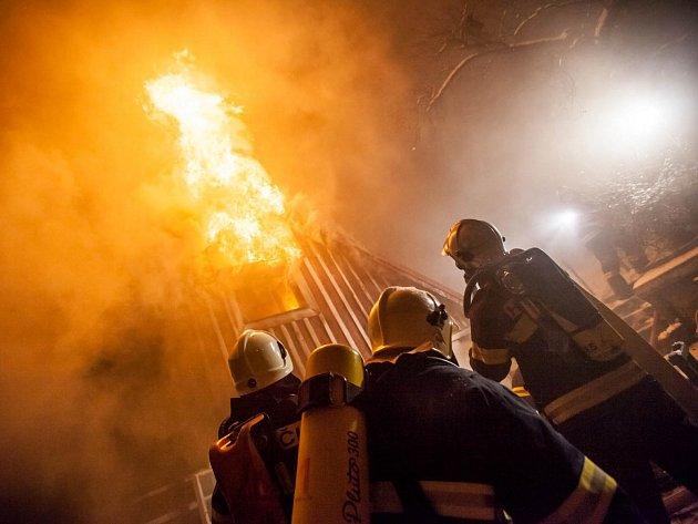 Sedm jednotek hasičů zasahovalo od pondělí 29. prosince večer u rozsáhlého požáru rekreační chalupy v Novém Hrádku.