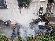 V domě shořela kuchyň, hasiči evakuovali dva lidi a psa