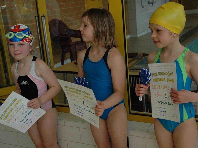 MLADÁ náchodská plavkyně Barbora Rydlová (zcela vlevo) si ve Velikonočním přeboru vyplavala v domácím bazénu dvě druhá a jedno třetí místo.
