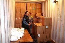 V Batistu e právě nakládá kontejner do Indie.