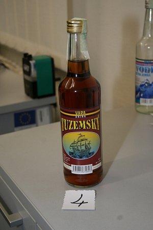 """NEBEZPEČNÝ ALKOHOL - půllitrové lahve s40% alkoholem snázvem """"TUZEMSKÝ"""" a  """"VODKA  JEMNÁ"""" od výrobce VAPA DRINK."""