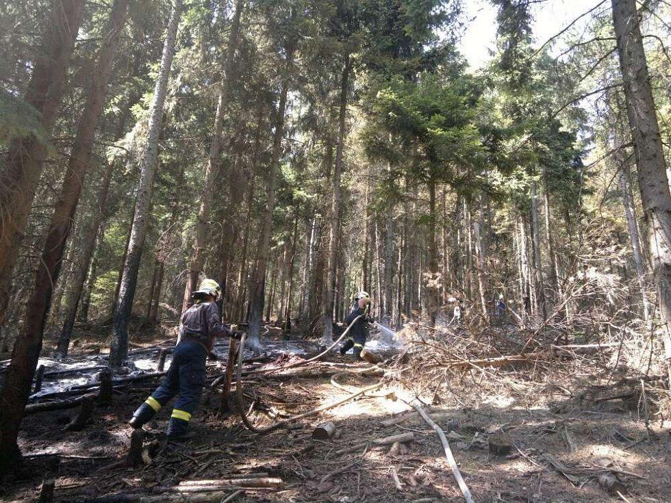 Požár lesa mezi Ruprechtickým Špičákem a Širokým vrchem na Náchodsku.
