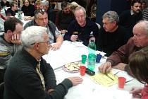 O ROZVOJI NOVÉHO MĚSTA NAD METUJÍ diskutovali zájemci z řad obyvatel v úterý v podvečer u stolů v předsálí místního Kina 70.