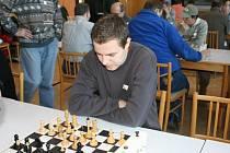 Jedním bodem přispěl k výhře hronovských šachistů nad hráči Sokola Hradec Králové i Petr Čechura.