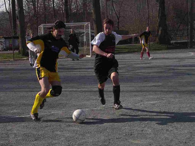 Futsalisté Jasenné (světlé trenýrky)  předvedli o víkendu dva zcela rozdílné výkony, nejprve vysoko podlehli Opočnu, aby následně vysoko porazili Dobrušku.