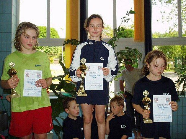 Dvě zlaté medaile si po závodech v Trutnově mohla přidat do své sbírky Lucie Kramlová (uprostřed).