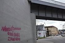 Sprejer poničil nedávno opravený železniční most nedaleko náchodského Jiráskova gymnázia.