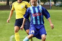 SEDMADVACET jarních bodů zajistilo fotbalistům Broumova (v modrém) záchranu v Krajském přeboru.