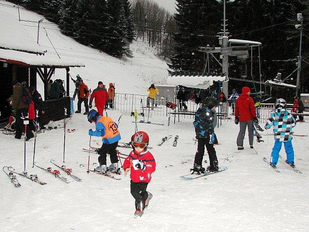 Janovičky u Broumova jsou jedním z mála lyžařských areálů v okolí, kde se dá lyžovat. Díky podkladu z technického sněhu se začalo jezdit i v Teplicích a kotvy se rozjely i na Novém Hrádku.