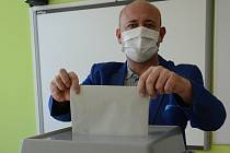 Vhodit do schránky obálku s volebním lístkem nebyl pro Davida Novotného žádný problém. Kvůli současné situaci má vrásky na čele z jiných nástrah, které necelé tři týdny před soutěží Muž roku 2020 musí řešit.