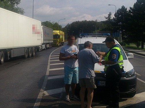 Také druhý týden náchodští dopravní policisté pokračovali v soustavném intenzivním dohledu nad řidiči na objízdných trasách i na okolních silnicích, kde se v souvislosti s uzavírkou zvýšil provoz.