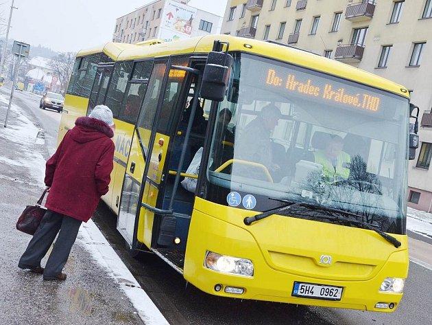 ZA VOLANTY AUTOBUSŮ zasedli včera 5. ledna řidiči oblečení do žlutých či oranžových reflexních vest.