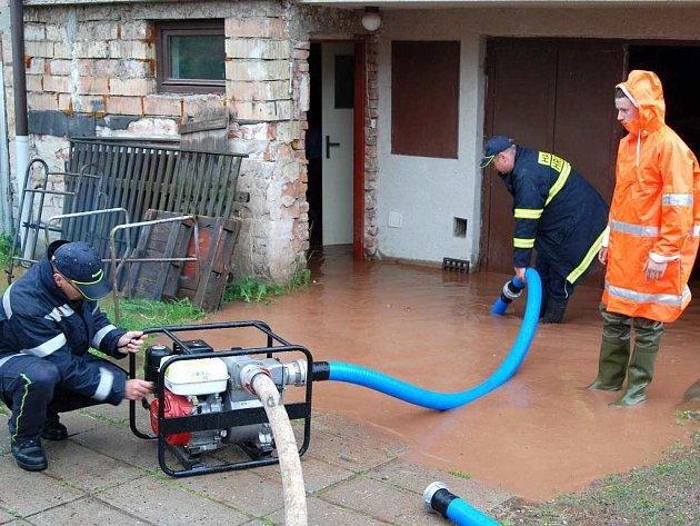 Přívalový déšť postihl i hronovsko, před osmnáctou hodinou zasahovali hasiči s SDH Velký Dřevíč a Hronov ve Velkém Dřevíči.