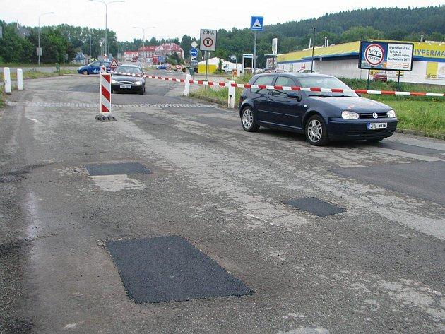 Silnice u hypermarketu Albert se dočkala opravy.
