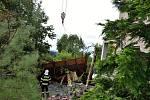 Dům manželů Menclových po páteční větrné smršti. V Bohuslavicích dopadl nejhůř.
