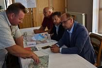 Nádrž Rozkoš se rozprostírá na ploše větší jak 10 kilometrů čtverečných. I kvůli tomu má svou vlastní vodní záchrannou službu. Její šéf Vratislav Vrábel ukazuje, kde nedávno záchranáři zasahovali při převržení jachty.