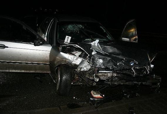 Vážná dopravní nehoda mladých řidičů: po čelním střetu dvou vozidel skončilo sedm lidí v péči lékařů.