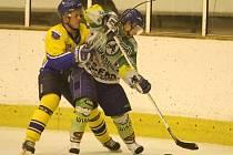Hokejisté Hronova (v popředí) nedokázali potrápit favorizované Nové Město, které svému soupeři nadělilo devět branek.