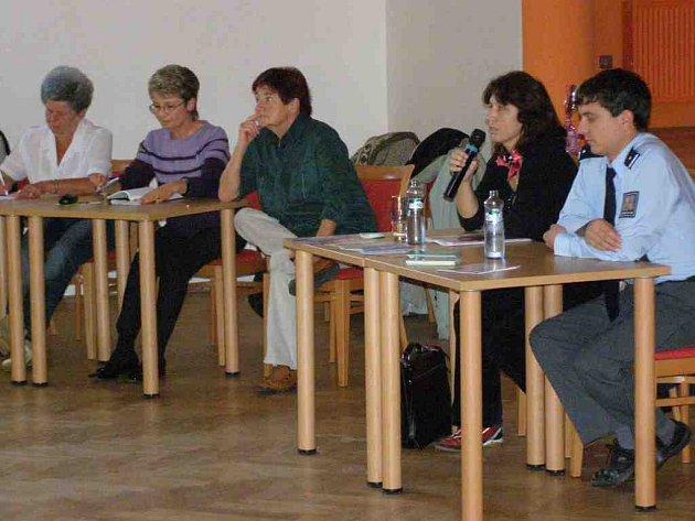 SENIOŘI besedovali  s tiskovou mluvčí náchodské policie Evou Prachařovou (druhá zprava) a s policistou z   Obvodního oddělení  PČR Police nad Metují Petrem Matěnou (vpravo).