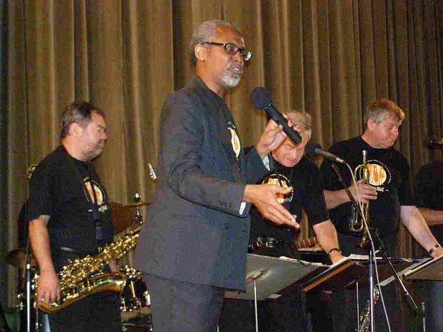 SOUČÁSTI vernisáže výstavy Šikovné ruce pro hospic v kině Luník se stal také benefiční koncert, na kterém zazpíval jazzový zpěvák černošského původu Lee Andrew Davison v doprovodu hudební skupiny Swing sextet Náchod.