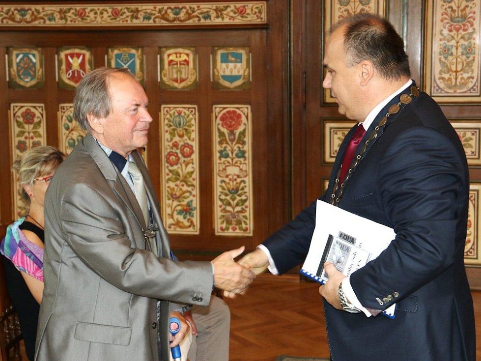 Uznávaný odborník Vladimír Řezníček (vlevo), podle jehož projektů byly vyhledány zdroje minerálních vod nejen v Bělovsi, ale např. i v Luhačovicích či Karlově Studánce, se v obřadní síni náchodské radnice setkal i sestrostou města Janem Birke.