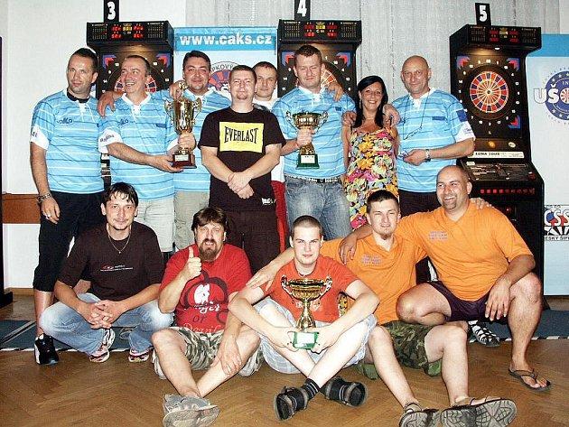 Finalisté Letního poháru 2011 – nahoře vítězná sestava Loko Trutnov, pod nimi celkově druzí, hráči Honey Bears Česká Skalice.