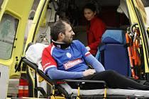 STÍNEM nedělního souboje Náchoda s Červeným Kostelcem bylo obnovené zranění kolene náchodského Jana Hubky.