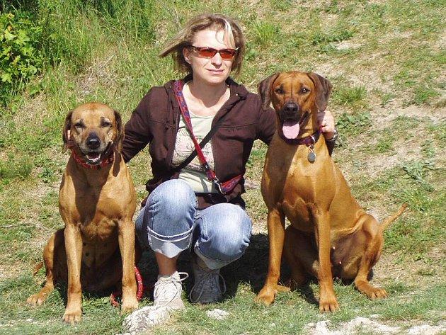 Chovatelka Veronika Brožová a fenky Asarah (vlevo) a Alanis.