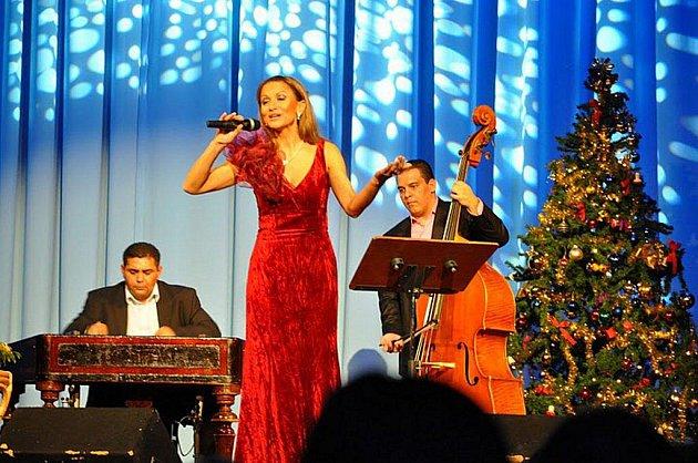 Yveta Blanarovičová potěšila svým zpěvem i děti z dětských domovů, které byly na koncert pozvány do předních řad.