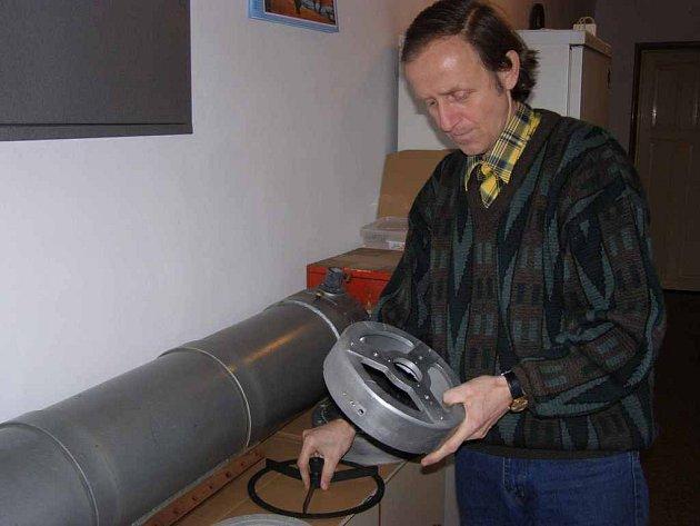KAREL VACEK  dává  v současné době  doma dohromady dalekohled, který bude instalován na Havlatce.