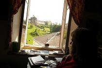 Z okna svého domku na Kuksu má  Stanislav Bohadlo nádherný výhled. Na protější straně je jako na dlani areál hospitalu.