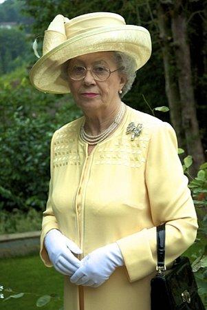 Mary Reynolds je téměř dokonalou anglickou královnou, na první pohled knerozeznání podobná.