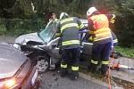 Zraněný člověk zůstal po nehodě zaklíněný v autě.