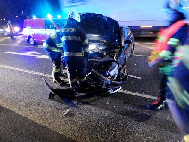 Střet dvou osobních vozů a nákladního automobilu vnáchodské Polské ulici.